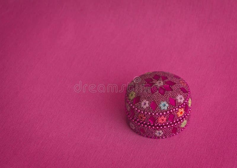 Ζωηρόχρωμο κιβώτιο με τις φωτεινές πέτρες στοκ εικόνες με δικαίωμα ελεύθερης χρήσης