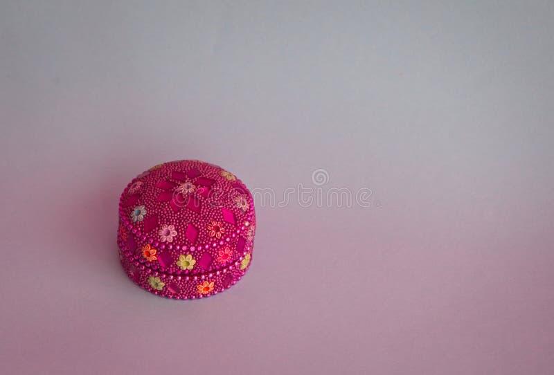 Ζωηρόχρωμο κιβώτιο με τις φωτεινές πέτρες στοκ εικόνα με δικαίωμα ελεύθερης χρήσης
