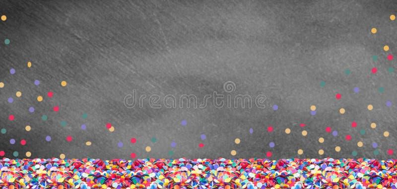 Ζωηρόχρωμο κομφετί μπροστά από έναν πίνακα πλακών για καρναβάλι στοκ εικόνες