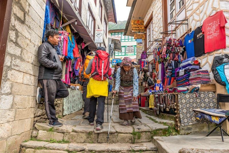 Ζωηρόχρωμο κτήριο στεγών ψευδάργυρου σε Namche Bazaar, μικρή πόλη σε Solu στοκ εικόνες