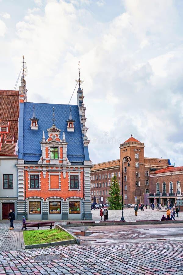 Ζωηρόχρωμο κτήριο στο τετράγωνο Δημαρχείων στην παλαιά Ρήγα στοκ εικόνες
