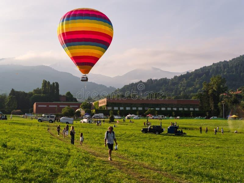 Ζωηρόχρωμο μπαλόνι ζεστού αέρα στο φεστιβάλ άνοιξη στοκ εικόνες