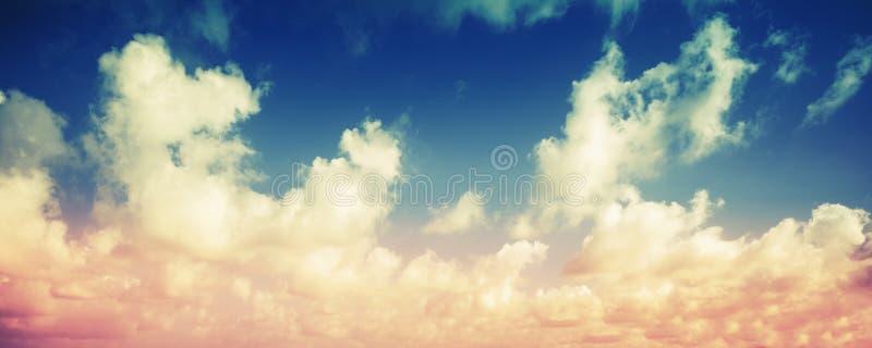 Ζωηρόχρωμο νεφελώδες πανοραμικό υπόβαθρο ουρανού στοκ εικόνες