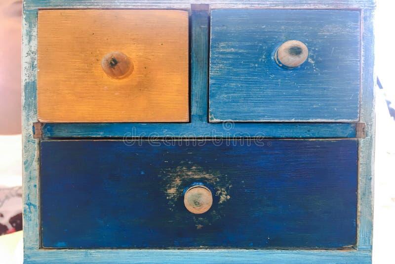 Ζωηρόχρωμο ξύλινο συρτάρι, εκλεκτής ποιότητας ξύλινο κομό στο τουβλότοιχο στοκ φωτογραφία