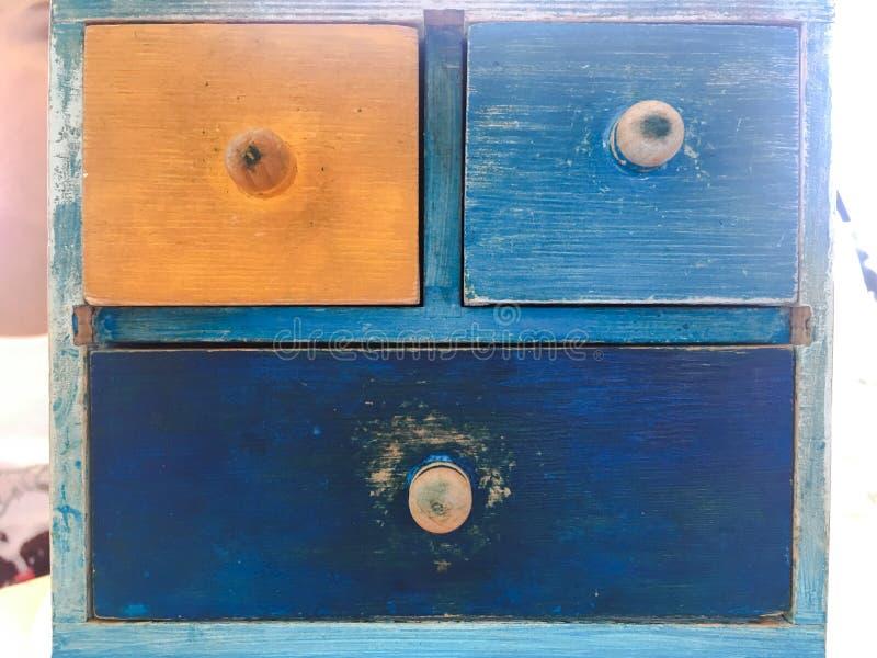 Ζωηρόχρωμο ξύλινο συρτάρι, εκλεκτής ποιότητας ξύλινο κομό στο τουβλότοιχο στοκ εικόνες