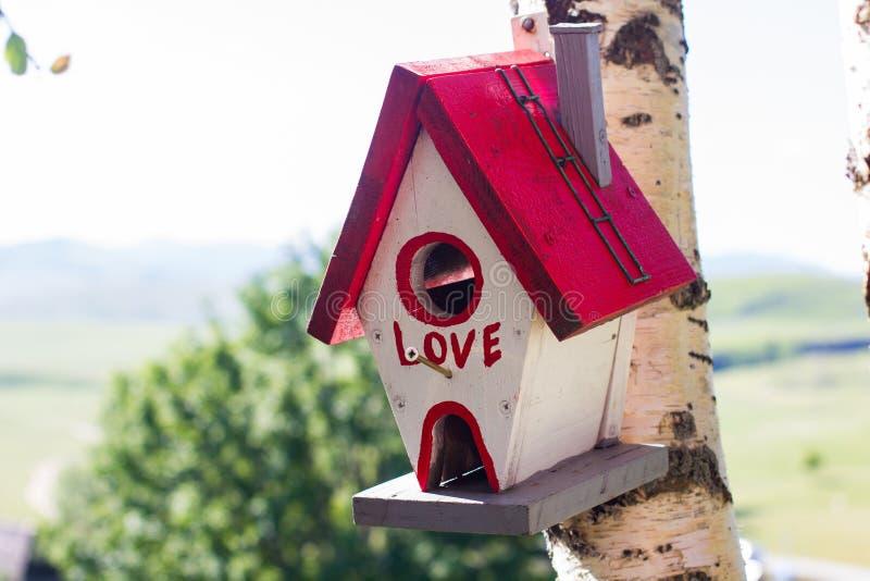 Ζωηρόχρωμο ξύλινο σπίτι πουλιών στοκ φωτογραφία με δικαίωμα ελεύθερης χρήσης