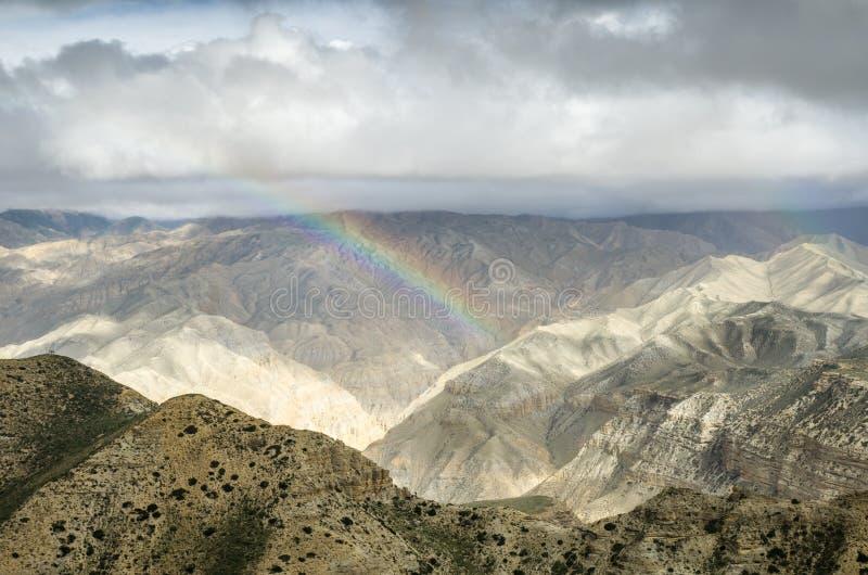 Ζωηρόχρωμο ουράνιο τόξο στα νεπαλικά βουνά μετά από το απόμακρο rai στοκ εικόνες