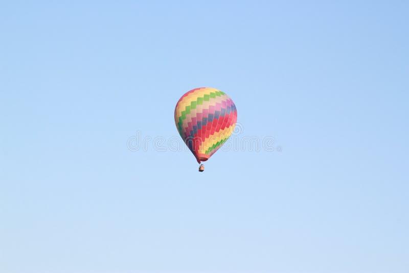 Ζωηρόχρωμο πέταγμα μπαλονιών ζεστού αέρα στοκ φωτογραφία