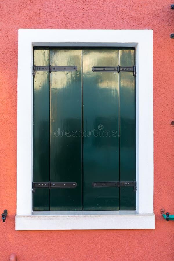 Ζωηρόχρωμο παράθυρο ενός σπιτιού στο ενετικό νησί Burano, Βενετία Πρόσοψη των σπιτιών της κινηματογράφησης σε πρώτο πλάνο Burano  στοκ εικόνες