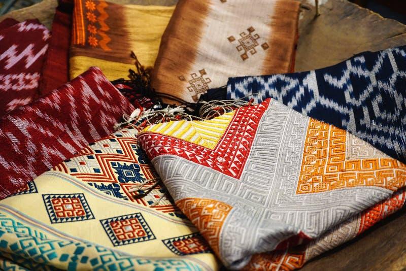 Ζωηρόχρωμο παραδοσιακό ύφασμα υφασμάτων Hmong εθνικό γηγενές σε μια αγορά σε Luang Prabang στοκ εικόνα με δικαίωμα ελεύθερης χρήσης