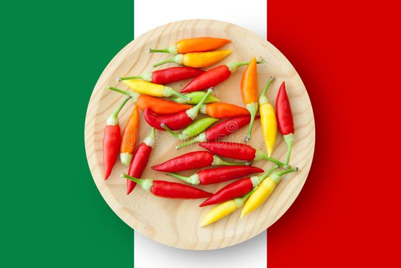 Ζωηρόχρωμο πιάτο πιπεριών τσίλι με τη σημαία του Μεξικού στοκ εικόνες