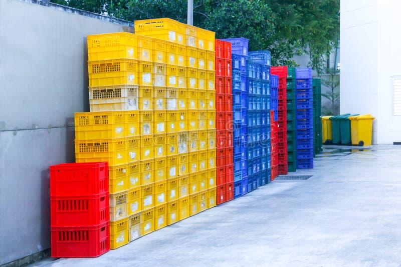 Ζωηρόχρωμο πλαστικό κλουβιών συσσωρευμένα εμπορευματοκιβώτια συσκευασίας φρούτων στοκ φωτογραφία