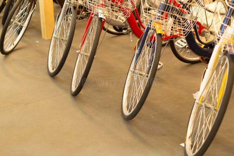 Ζωηρόχρωμο ποδήλατο στην πώληση στοκ φωτογραφίες