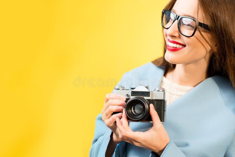 Ζωηρόχρωμο πορτρέτο του θηλυκού φωτογράφου στοκ εικόνα