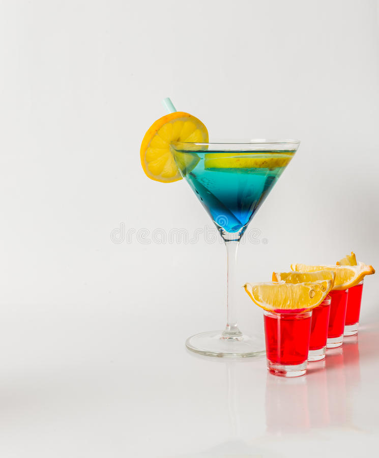 Ζωηρόχρωμο ποτό σε martini μπλε και πράσινου συνδυασμό γυαλιού, φ στοκ φωτογραφία