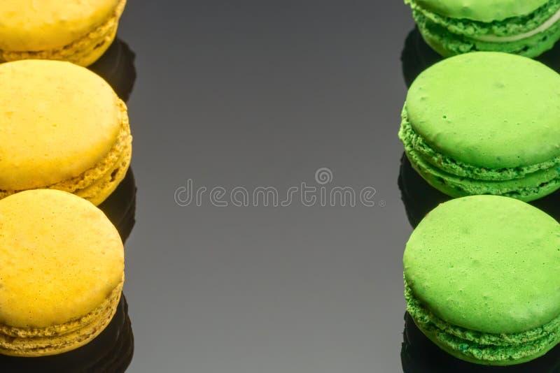 Ζωηρόχρωμο πράσινο κίτρινο γαλλικό γλυκό Macaroons κέικ επιδορπίων στοκ φωτογραφίες με δικαίωμα ελεύθερης χρήσης