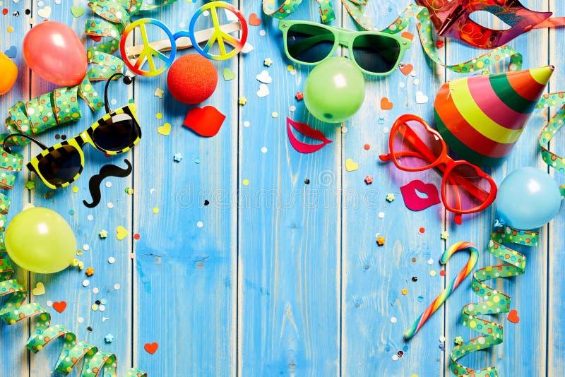 Ζωηρόχρωμο πλαίσιο καρναβαλιού στο μπλε ξύλο στοκ εικόνα