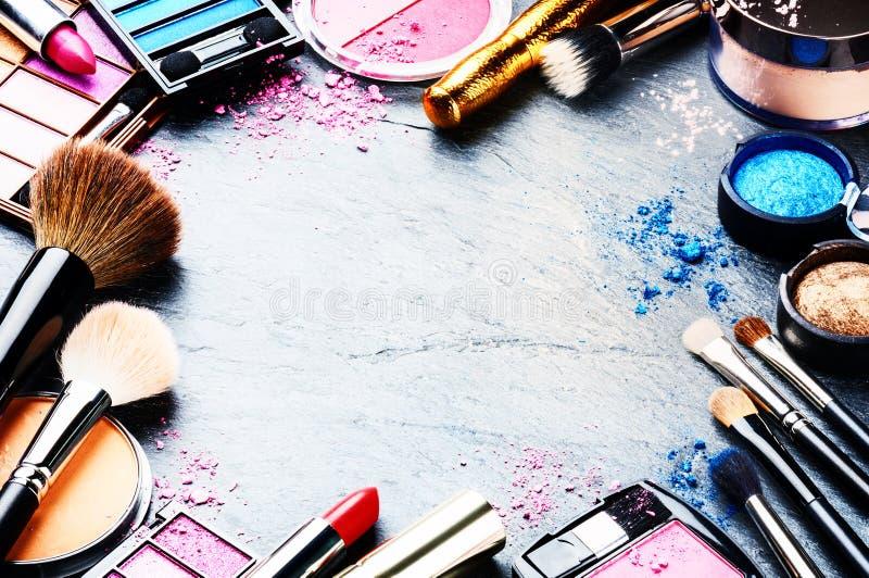 Ζωηρόχρωμο πλαίσιο με τα διάφορα προϊόντα makeup στοκ εικόνες