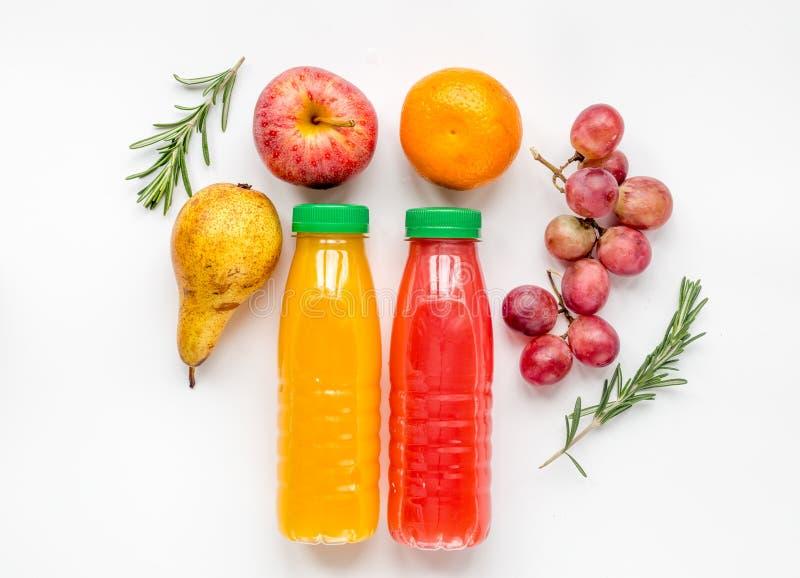Ζωηρόχρωμο πλαστικό μπουκάλι με τα φρούτα στο άσπρο πρότυπο άποψης υποβάθρου τοπ στοκ εικόνα με δικαίωμα ελεύθερης χρήσης