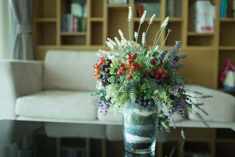 Ζωηρόχρωμο πλαστικό λουλούδι στοκ εικόνα με δικαίωμα ελεύθερης χρήσης
