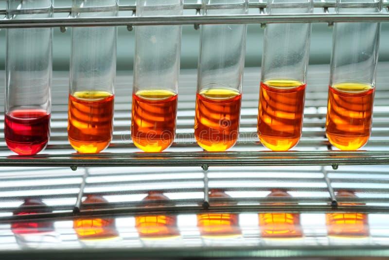 Ζωηρόχρωμο ρευστό στα εμπορεύματα γυαλιού στοκ φωτογραφία με δικαίωμα ελεύθερης χρήσης