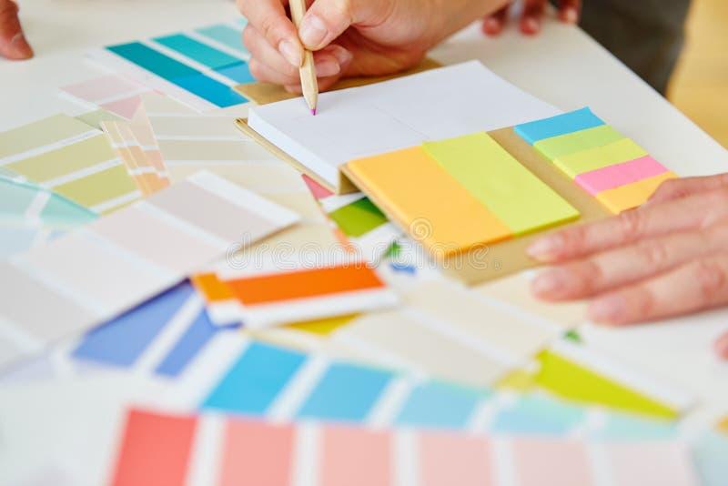 Ζωηρόχρωμο σημειωματάριο στο δημιουργικό εργαστήριο στοκ εικόνα με δικαίωμα ελεύθερης χρήσης