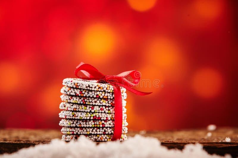 Ζωηρόχρωμο συσσωρευμένο δώρο των μπισκότων Χριστουγέννων στοκ φωτογραφία με δικαίωμα ελεύθερης χρήσης