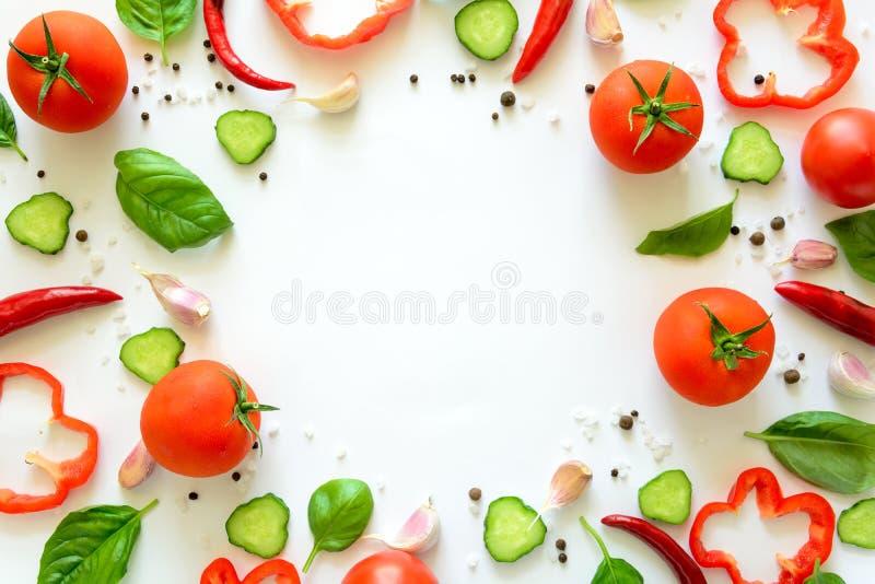Ζωηρόχρωμο σχέδιο συστατικών σαλάτας φιαγμένο από ντομάτες, πιπέρι, τσίλι, σκόρδο, φέτες αγγουριών και βασιλικό στο άσπρο υπόβαθρ στοκ φωτογραφίες