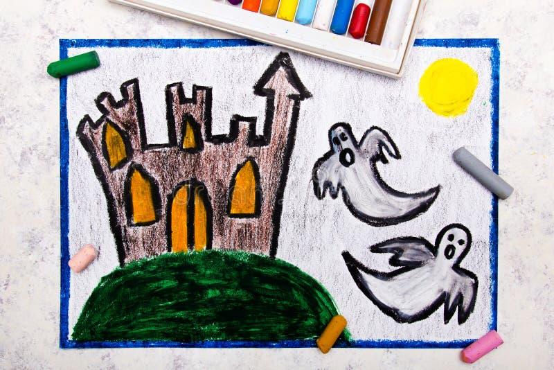 Ζωηρόχρωμο σχέδιο χεριών: Παλαιό τρομακτικό κάστρο και δύο φαντάσματα τη νύχτα στοκ εικόνα