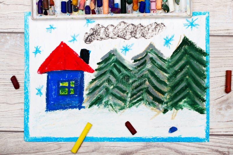 Ζωηρόχρωμο σχέδιο: Όμορφο χειμερινό τοπίο με το χαριτωμένο σπίτι και τα κωνοφόρα δέντρα απεικόνιση αποθεμάτων