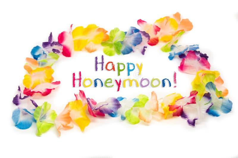 Ζωηρόχρωμο της Χαβάης περιδέραιο λουλουδιών με τον ευτυχή μήνα του μέλιτος κειμένων στοκ φωτογραφίες