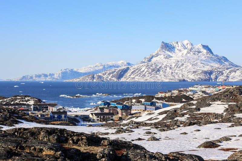 Ζωηρόχρωμο τοπίο προαστίου πόλεων του Νουούκ, βουνό Sermitsiaq στοκ εικόνα με δικαίωμα ελεύθερης χρήσης