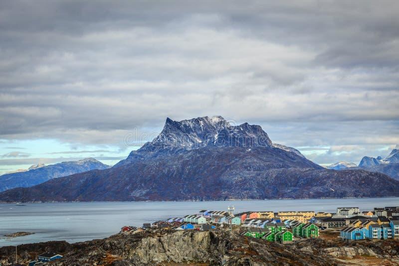 Ζωηρόχρωμο τοπίο προαστίου πόλεων του Νουούκ, και βουνό Sermitsiaq στοκ εικόνα