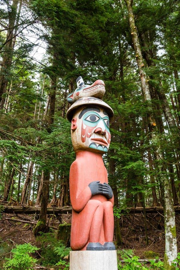 Ζωηρόχρωμο τοτέμ στο δάσος στοκ φωτογραφίες με δικαίωμα ελεύθερης χρήσης