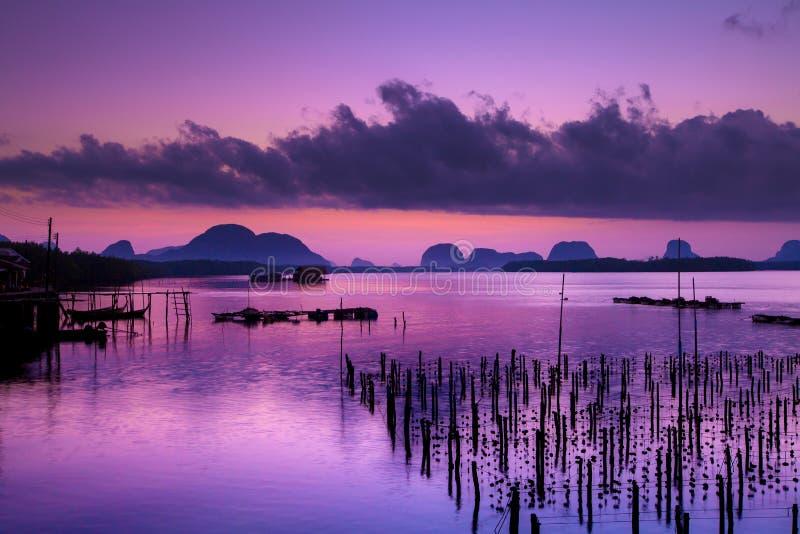 Ζωηρόχρωμο λυκόφως το πρωί πέρα από seascape στο χωριό ψαράδων, στοκ εικόνα