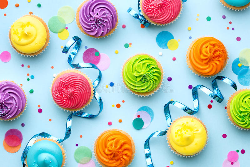 Ζωηρόχρωμο υπόβαθρο κομμάτων cupcake στοκ εικόνες