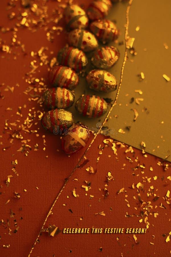 Ζωηρόχρωμο υπόβαθρο Πάσχας Χρυσό κομφετί στα χρωματισμένα φύλλα Χρυσό αυγό Πάσχας στην επιφάνεια Τοπ άποψη των ρυθμίσεων ντεκόρ στοκ φωτογραφίες