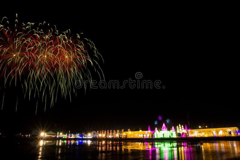 Ζωηρόχρωμο φεστιβάλ πυροτεχνημάτων στην ΕΕΠ SALT & ΦΩΣ στην επαρχία Phetchaburi στοκ φωτογραφία