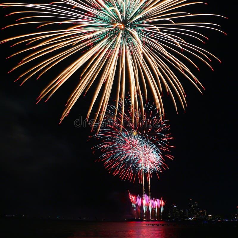 Ζωηρόχρωμο φεστιβάλ πυροτεχνημάτων στον εορτασμό στοκ φωτογραφία με δικαίωμα ελεύθερης χρήσης