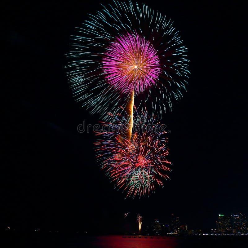 Ζωηρόχρωμο φεστιβάλ πυροτεχνημάτων στον εορτασμό στοκ εικόνες