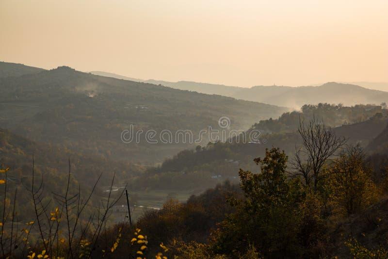 Ζωηρόχρωμο φθινόπωρο στα βουνά στοκ εικόνα με δικαίωμα ελεύθερης χρήσης