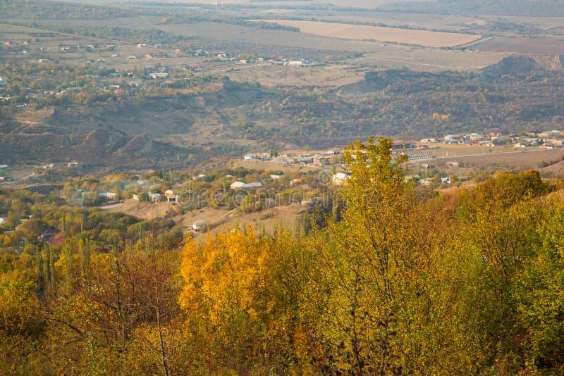 Ζωηρόχρωμο φθινόπωρο στα βουνά στοκ φωτογραφία