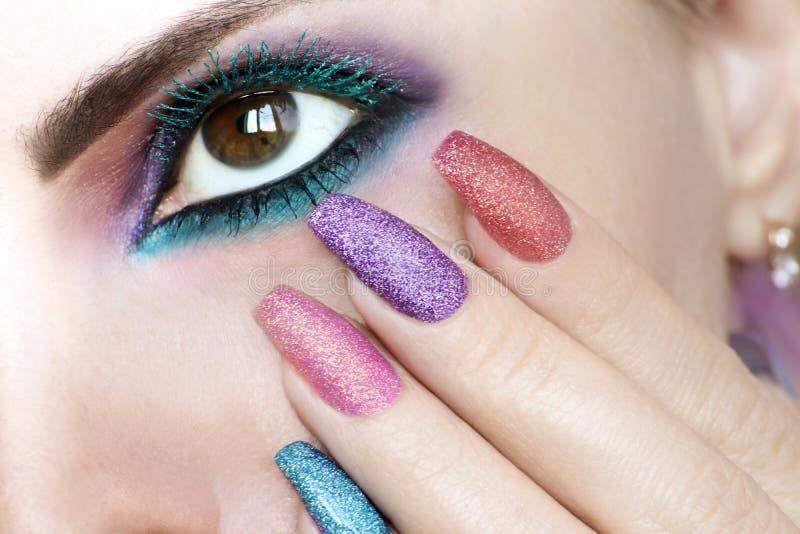 Ζωηρόχρωμο φωτεινό makeup στην καφετιά κινηματογράφηση σε πρώτο πλάνο ματιών στοκ εικόνα