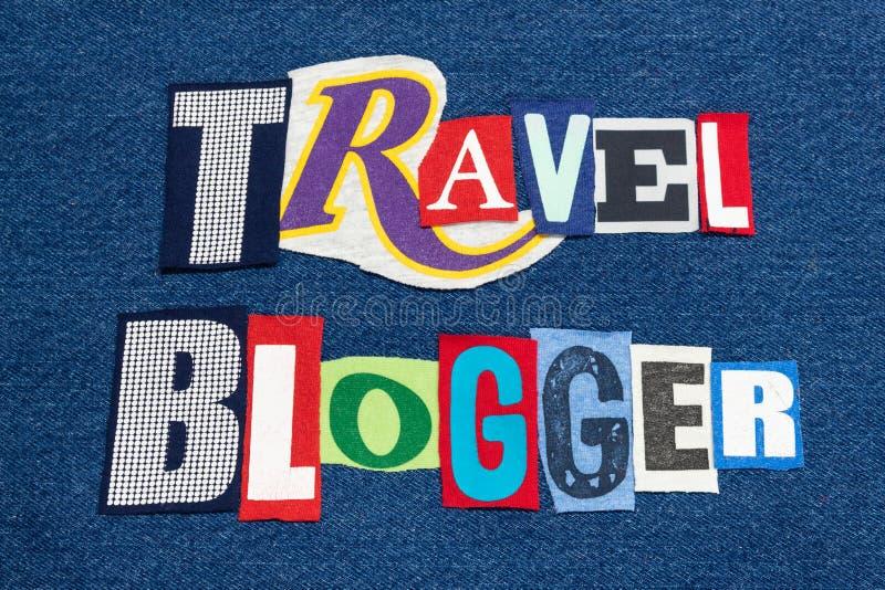 Ζωηρόχρωμο ύφασμα κολάζ λέξης κειμένων ΤΑΞΙΔΙΟΥ BLOGGER στο μπλε τζιν, ταξίδι blogs και blogging στοκ εικόνα