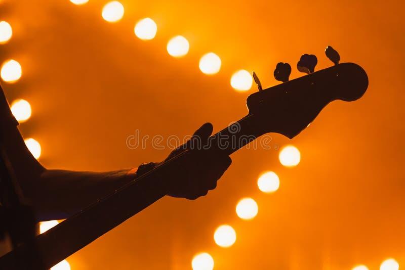 Ζωντανή μουσική, ηλεκτρική βαθιά κιθάρα στοκ εικόνες με δικαίωμα ελεύθερης χρήσης