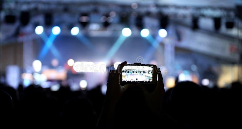 ζωντανή συναυλία καταγραφής κοριτσιών στοκ φωτογραφία με δικαίωμα ελεύθερης χρήσης