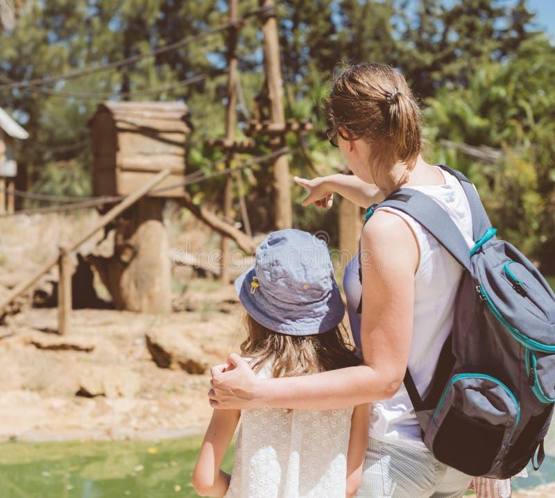 Ζωολογικός κήπος οικογενειακής επίσκεψης στοκ εικόνες