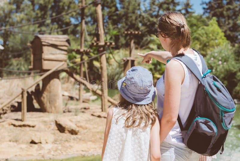 Ζωολογικός κήπος οικογενειακής επίσκεψης στοκ φωτογραφίες με δικαίωμα ελεύθερης χρήσης