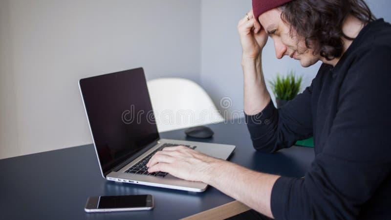 Ζωύφια και λάθη στην ανάπτυξη Ένας νέος προγραμματιστής στον εργασιακό χώρο έχει τα προβλήματα στην εργασία στοκ εικόνες με δικαίωμα ελεύθερης χρήσης