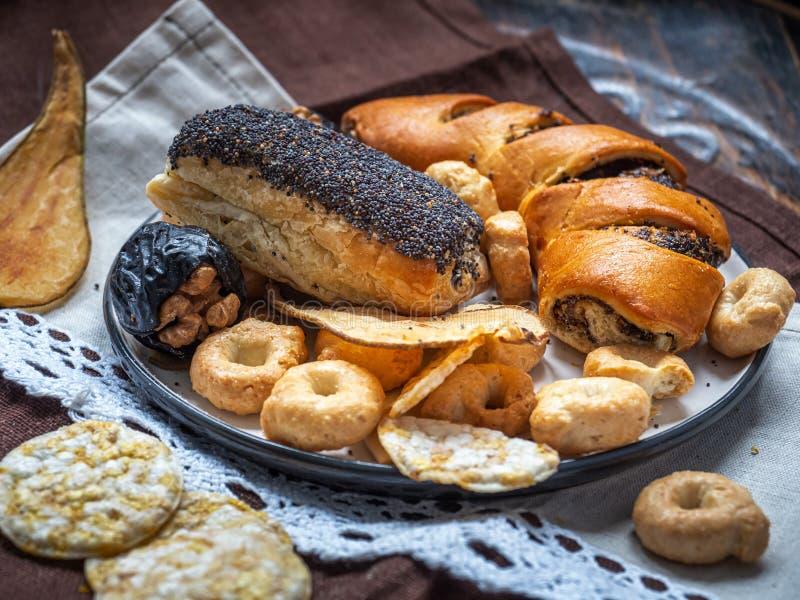 Ζύμες παπαρουνών, μπισκότα και φρούτα, τσιπ δημητριακών για το επιδόρπιο, νόστιμο μεσημεριανό γεύμα, κινηματογράφηση σε πρώτο πλά στοκ φωτογραφίες